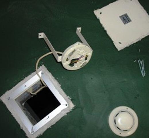 エレベーターシャフト内煙感知器点検中